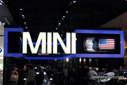 Le stand Mini, avec un drapeau américain sur le toit d'une Cooper
