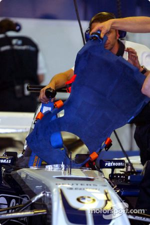 WilliamsF1 team members prepare cockpit
