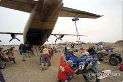 Les motos sont chargées dans un avion, en préparation du transfert de Néma à Bamako