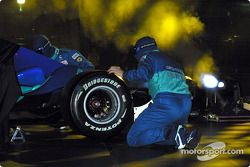 Les mécaniciens assemblent la nouvelle Sauber Petronas C23