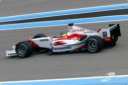 Cristiano da Matta donne à la Toyota TF104 son premier run