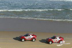 Stéphane Peterhansel et Jean-Paul Cottret, Hiroshi Masuoka et Gilles Picard terminent sur un doublé sur la plage de Dakar