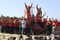 Les vainqueurs du général Stéphane Peterhansel et Jean-Paul Cottret font la fête avec des membres de l'équipe Mitsubishi Motor Sports