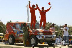 Luo Ding et Serge Henninot font la fête sur le podium d'arrivée
