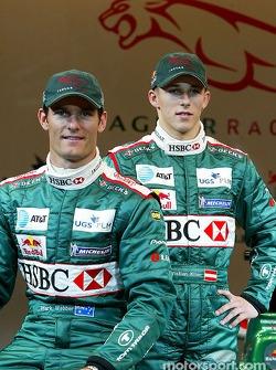 Mark Webber y Christian Klien posan con el nuevo Jaguar R5