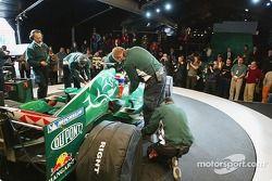 Mark Webber et des membres de l'équipe se préparent à essayer la nouvelle Jaguar R5