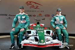Mark Webber ve Christian Klien pose ve yeni Jaguar R5