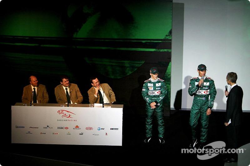 Direktör, mühendising for Jaguar Racing, Ian Pocock, Direktörü, Jaguar Racing, David Pitchforth ve CEO, Premier Performance Division Tony Purnell ve pilotu Christian Klien listen to Mark Webber