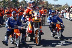 Le vainqueur de la catégorie moto Nani Roma, avec Richard Sainct et Cyril Despres