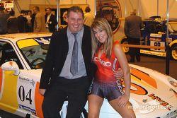 Peter Morris, prétendant au titre du Porsche Club Championship 2004, avec une modèle Recaro, Hannah