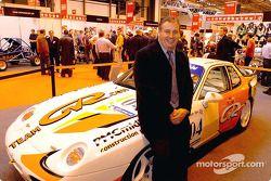 Peter Morris pose avec sa Porsche 968 Club Sport