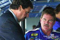 Le Président de la NASCAR Mike Helton, avec Terry Labonte