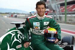 Mark Webber pose avec la nouvelle Jaguar R5