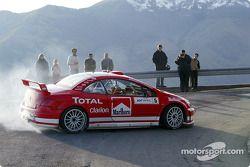 Freddy Loix et Sven Smeets essaient la Peugeot 307WRC avec sa livrée 2004