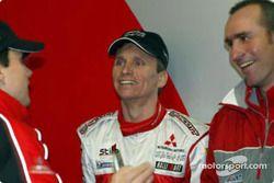 Hervé et Gilles Panizzi discutent avec le vainqueur du Dakar Stéphane Peterhansel