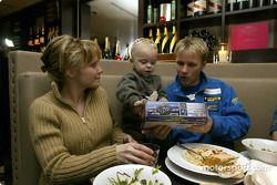 Le pilote Subaru Petter Solberg dîne avec sa femme Pernilla et leur fils Oliver