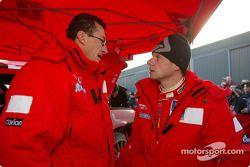 Le team manager de Marlboro Peugeot Total, Nicola Gullino et Freddy Loix