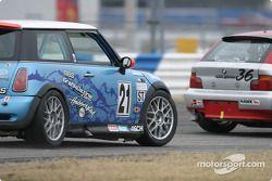 La Mini Cooper S n°21 du Nuzzo Motorsports (Eugene McGillycuddy, Michael Ellis, Tony Nuzzo)