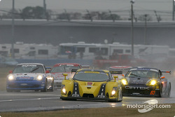 La Porsche GT3 RS n°83 du Cirtek Motorsport (Frank Mountain, Rob Wilson, Martyn Konig) fonce vers l'arrière de la Ford Multimatic n°9 de Mears Motor Coach (Paul Mears Jr., Mike Borkowski, Arie Luyendyk Jr., Nick Ham, Justin Bell), arrêtée sur la piste
