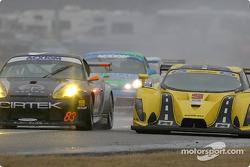 La Porsche GT3 RS n°83 du Cirtek Motorsport (Frank Mountain, Rob Wilson, Martyn Konig) évite de justesse la Ford Multimatic n°9 de Mears Motor Coach (Paul Mears Jr., Mike Borkowski, Arie Luyendyk Jr., Nick Ham, Justin Bell), arrêtée sur la piste