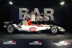 Jenson Button, David Richards, Takuma Sato ve Anthony Davidson ve yeni BAR 006