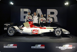 Jenson Button, David Richards, Takuma Sato ve Anthony Davidson ve yeni BAR 006