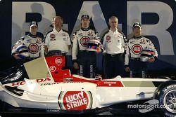 Anthony Davidson, David Richards, Jenson Button, Geoff Willis et Takuma Sato avec la nouvelle BAR 006