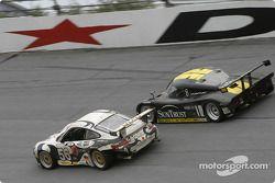 La Porsche GT3 RS n°56 du Seikel Motor Sport (Tony Burgess, Philip Collin, P van Merksteijn, Gabrio Rosa, Fabio Rosa) et la Pontiac Riley n°10 du SunTrust Racing (Wayne Taylor, Max Angelelli, Emmanuel Collard)