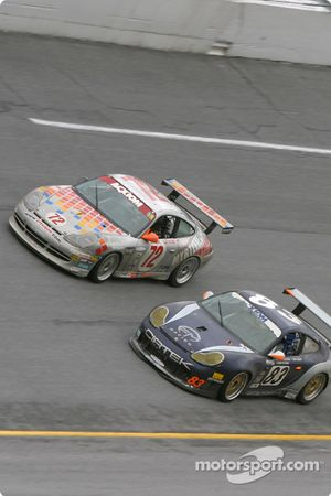 La Porsche GT3 Cup n°72 du Jack Lewis Enterprises (Jack Lewis, Edison Lluch, Tom McGlynn, Manuel Matos) et la Porsche GT3 RS n°83 du Cirtek Motorsport (Rob Wilson, Frank Mountain, Martyn Konig)