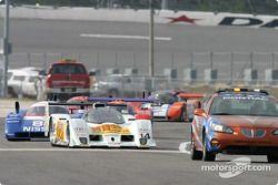 Le Pace Car mène devant Stan Wattles avant le départ