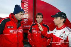 Le directeur technique de Mitsubishi Mario Fornaris, l'ingénieur Roger Estrada et Gilles Panizzi
