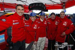 Sébastien Loeb et Daniel Elena fêtent leur victoire avec les membres de l'équipe