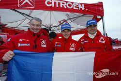 Guy Fréquelin, Sébastien Loeb et Daniel Elena fêtent la victoire