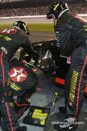 Texaco/Havoline crew work on the car