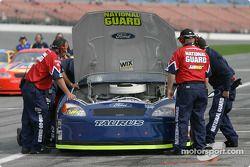 L'équipe de Greg Biffle travaille sur la voiture
