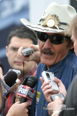 Richard Petty, toujours populaire avec les médias, lors de la conférence de presse de Petty Enterprises