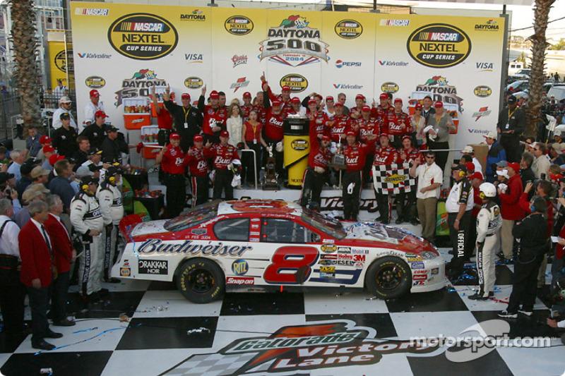 Relembrando Dale Earnhardt Sr., o momento da celebração do triunfo foi igualmente emocionante.