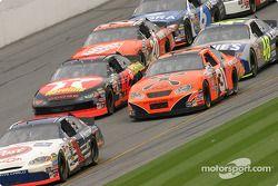John Andretti devance un groupe de voitures