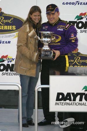 Le vainqueur Ryan Newman fête sa victoire sur la victory Lane avec sa femme Krissie