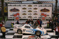Le vainqueur Ryan Newman arrive sur la Victory Lane