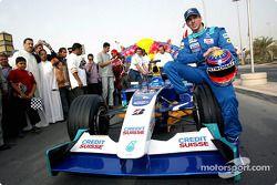Neel Jani pose avec la Sauber Petronas