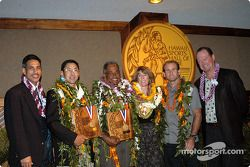Le Gouverneur-Lieutenant de Hawaii Duke Aiona, le champion de golf David Ishii, John DeSoto, l'Olympien Sharon Peterson, le planchiste Robby Naish, et le commissaire de la HSHoF Dennis Francis