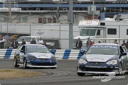 L'Acura Integra LS n°27 du Bill Fenton Motorsports (Eric Curran, Bob Beede) et l'Acura Integra LS n°29 du Bill Fenton Motorsports (John Schmitt, Mike Liebl)