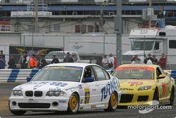 La BMW 330i n°97 du Turner Motorsport (James Sofronas, Steve Pfeffer) et la Mazda RX-8 n°70 de SpeedSource (David Haskell, Sylvain Tremblay)