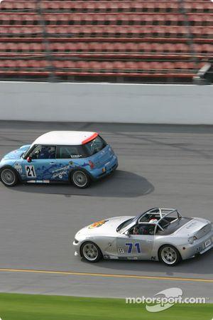 La Mini Cooper S n°21 du Nuzzo Motorsports (Eugene McGillycuddy, Michael Ellis, Tony Nuzzo) et la BMW Z4 n°71 du TC Kline Racing (Ray Mason)