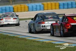 La Porsche GT3 RS n°44 du Orbit Racing (Jay Policastro, Joe Policastro, Mike Fitzgerald) et la Toyota Doran n°27 du Doran Lista Racing (Didier Theys, Jan Magnussen)