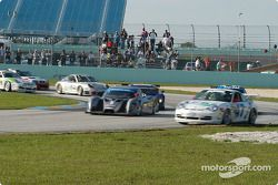 La Ford Multimatic n°5 du Essex Racing (Joe Pruskowski, Justin Pruskowski, Ross Bentley) et la Porsc
