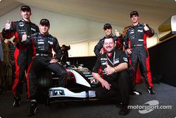 Gianmaria Bruni, Bas Leinders, Zsolt Baumgartner, Tiago Monteiro et Paul Stoddart avec la nouvelle Minardi PS04B
