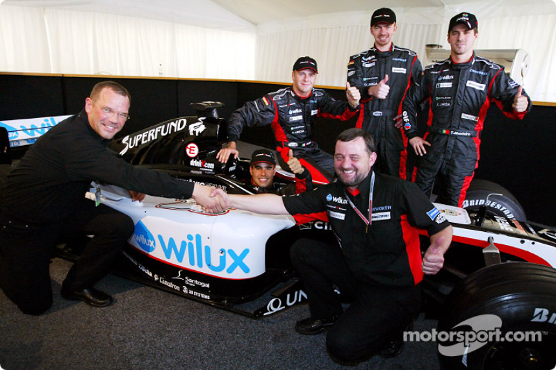 Zsolt Baumgartner, Gianmaria Bruni, Bas Leinders, Tiago Monteiro et Paul Stoddart avec la nouvelle Minardi PS04B