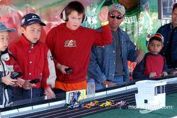 De jeunes fans jouent aux petites voitures